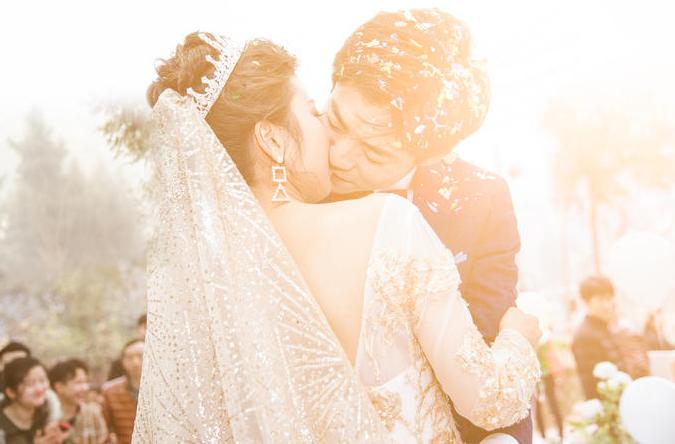 新郎亲吻新娘