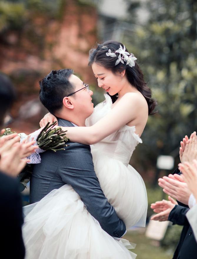 新郎抱起新娘