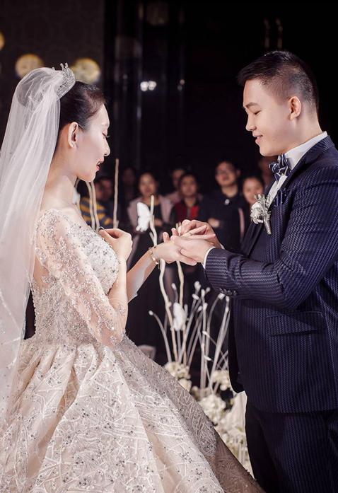 新郎为新娘戴戒指
