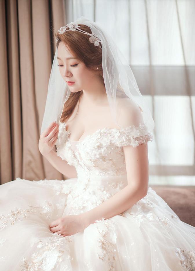 新娘单人坐姿照
