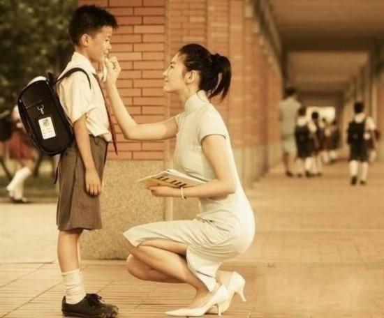 张雨绮白色旗袍搭配白色漆皮高跟鞋