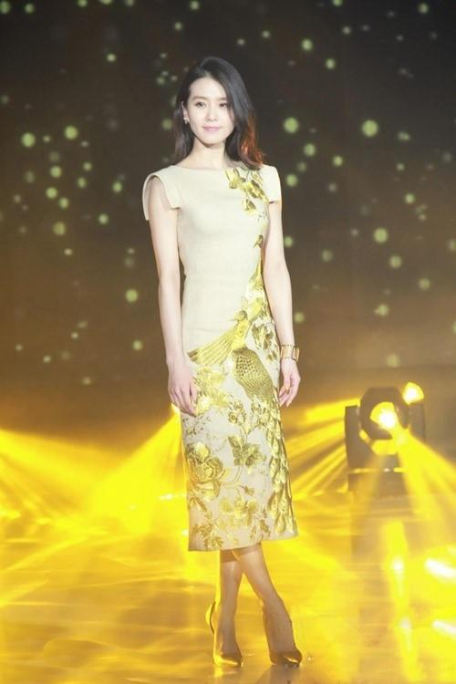金色旗袍搭配黄色高跟鞋