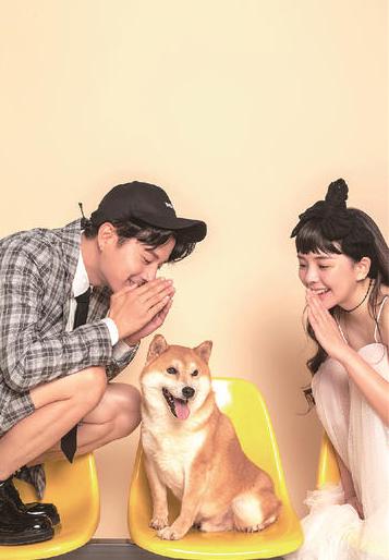 一男一女和柴犬的情侣写真