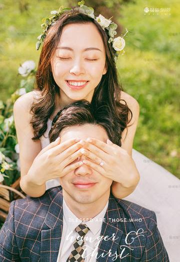 女生闭着眼在背后捂住男生眼睛的婚纱照
