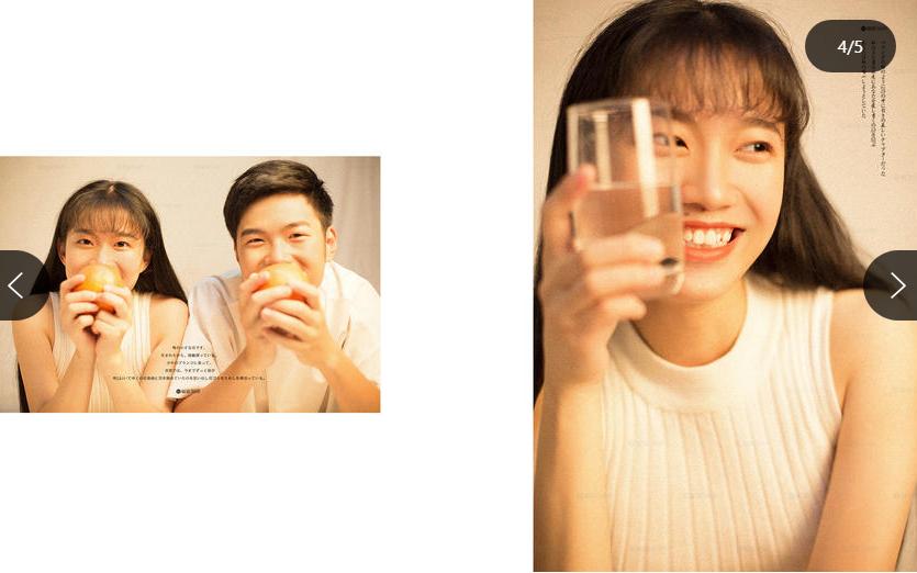 情侣一人拿一个苹果对着镜头