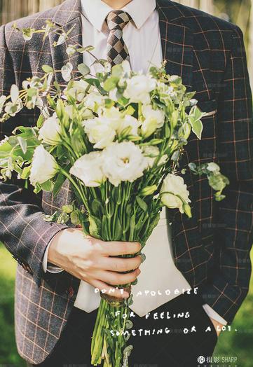 穿西装的男士拿着一束花