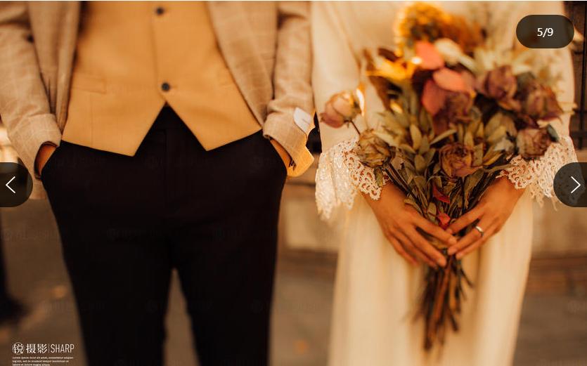 男士手插在西裤口袋 女士手拿一束花