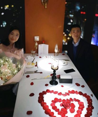 结婚纪念日餐厅夫妻合影