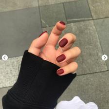 手黑做什么颜色的美甲好看 显白的指甲颜色有哪些