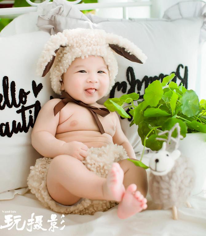 宝宝百日照穿着小羊毛绒衣服