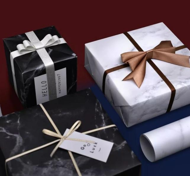 外包装是简约大理石花纹的礼物