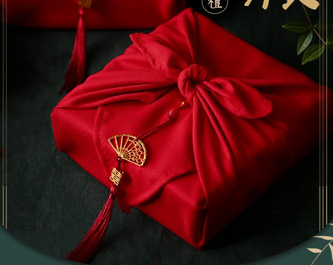 红色绒布包装礼物