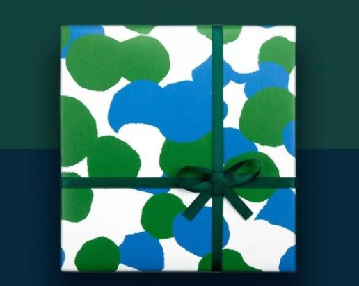 绿色丝带搭配绿色包装的礼物