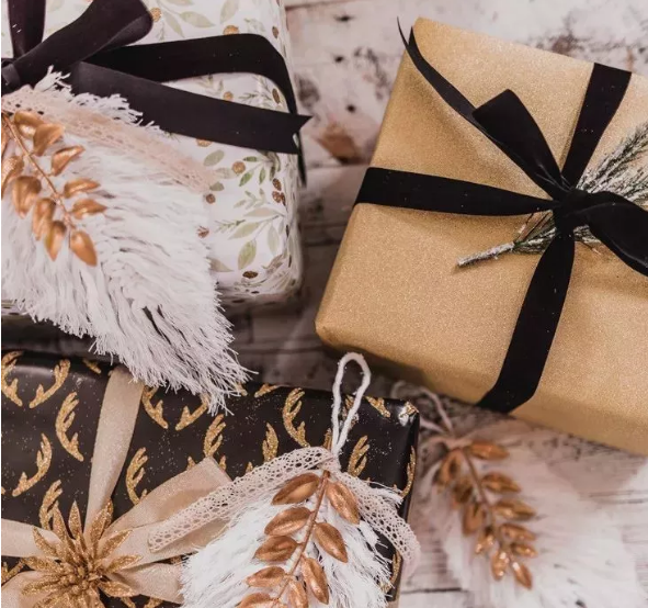 黑色丝带搭配牛皮纸包装的礼物