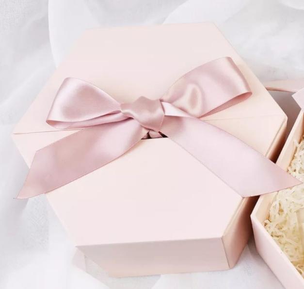 粉色丝带礼物盒