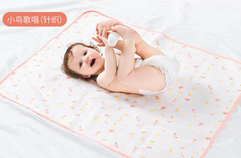 婴儿穿着尿不湿躺在隔尿垫上