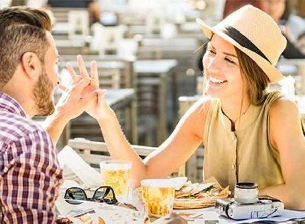 情侣餐厅吃美食聊天