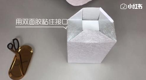 两边的包装纸向内折叠