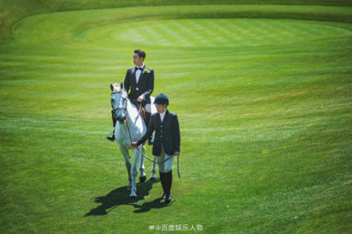 张若昀骑马入场