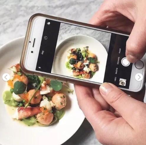 拿手机给美食拍照