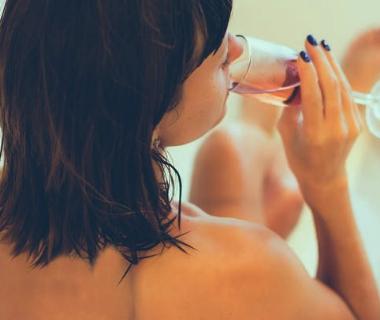 多喝水改善皮肤干燥