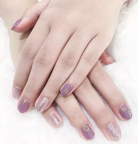 淡紫色的美甲