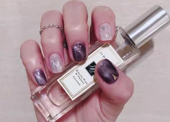 葡萄紫色的美甲