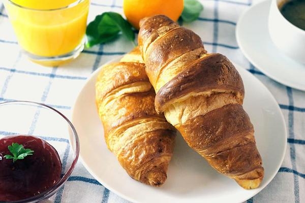 早饭面包和橙汁