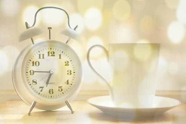 闹钟和杯子