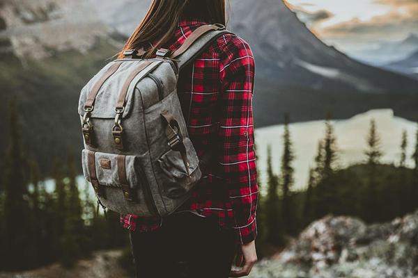 一个人背着包旅游