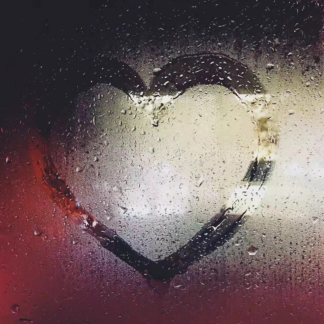 雨天在玻璃上画下的爱心