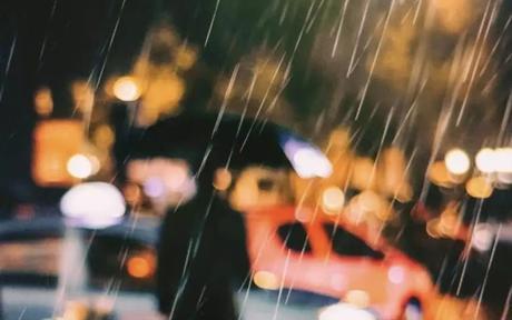下雨天朋友圈说说配图20张