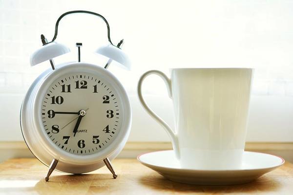 早安闹钟和杯子