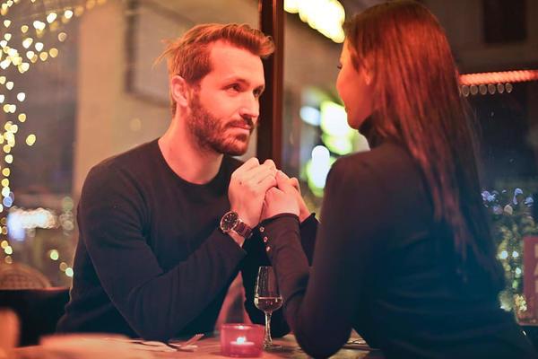 男女生餐厅聊天握手