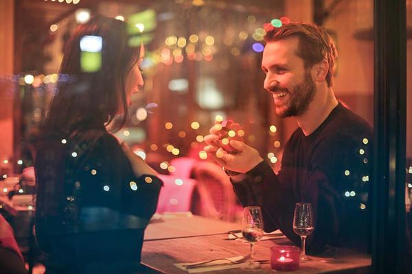 情侣面对面聊天