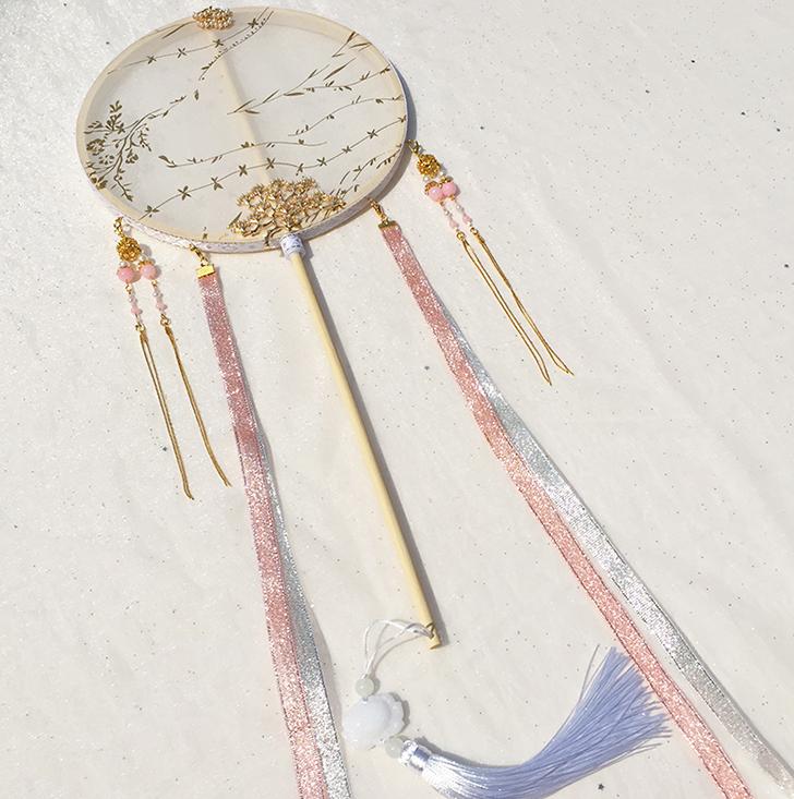 白色烫金长珠链团扇