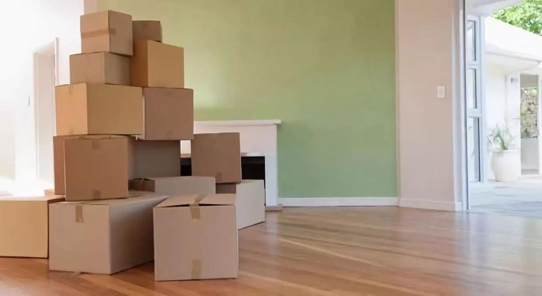 房间里放着打包好的行李纸箱
