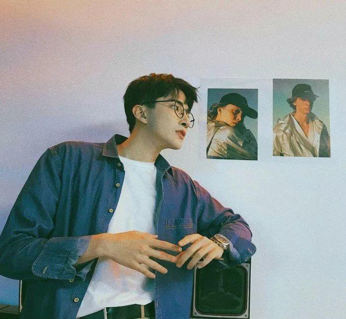 男生靠在墙上的头像