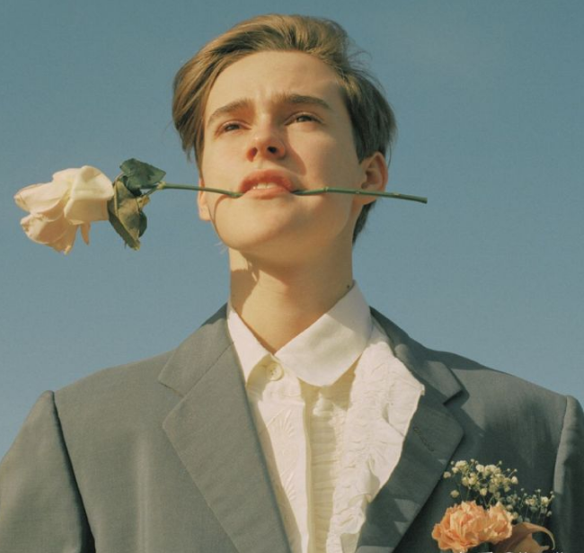欧美男生叼着一朵玫瑰
