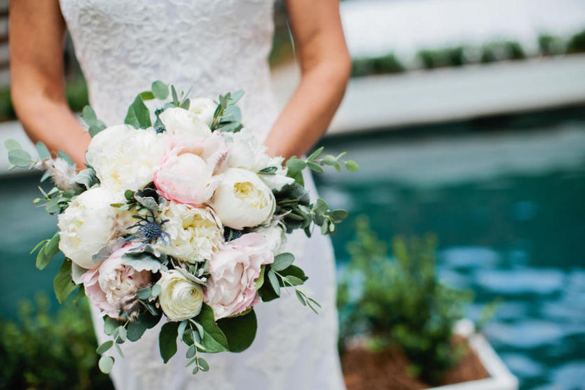 新娘拿着手捧花