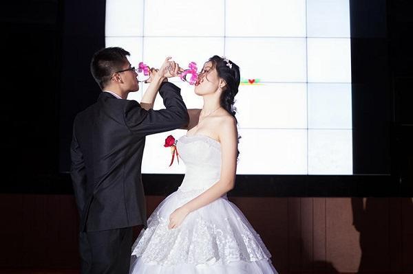 结婚现场喝交杯酒