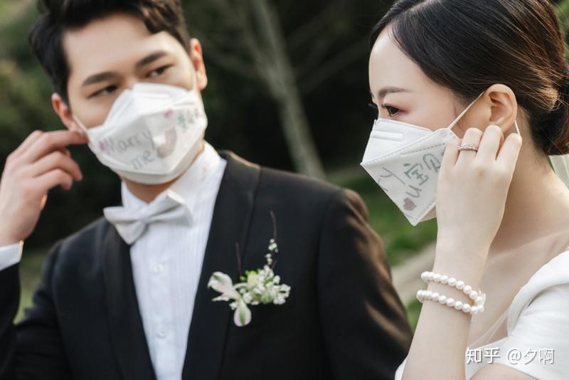 戴口罩的新郎新娘