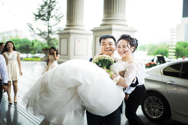 新郎抱新娘