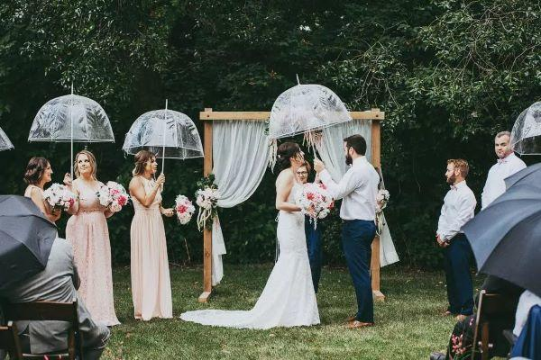 新郎给新娘撑伞