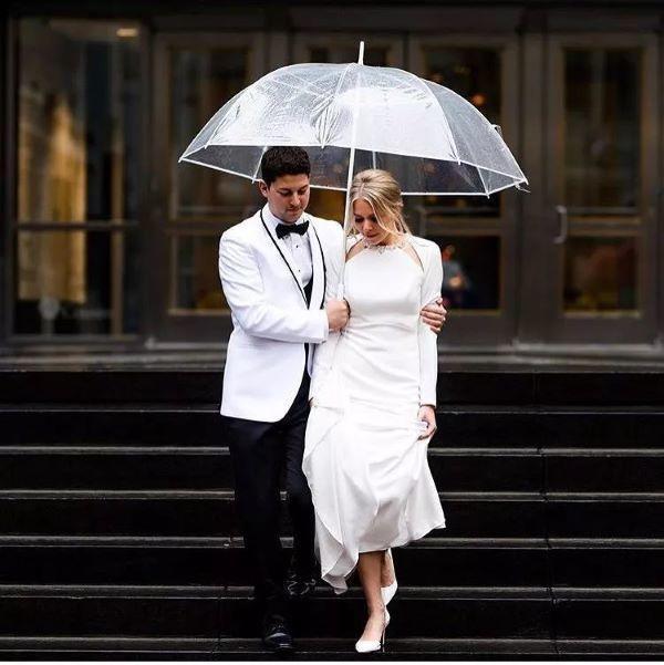 撑伞行走新郎扶新娘