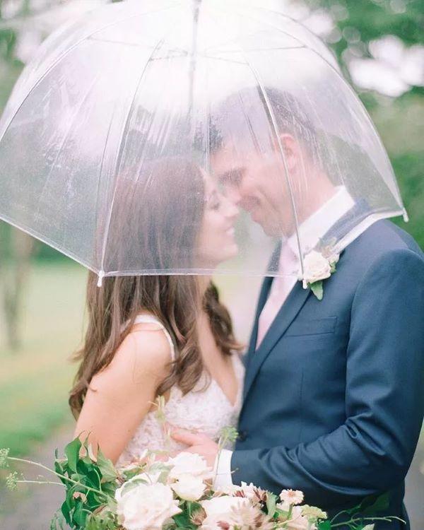 透明伞下的亲吻
