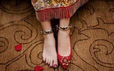新娘藏鞋子藏哪只脚