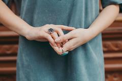 女人无名指戴戒指什么意思