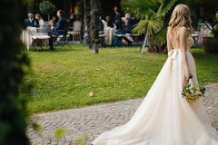 肩膀宽的新娘怎么选婚纱礼服