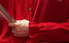 女生食指和无名指同时戴戒指代表什么意思